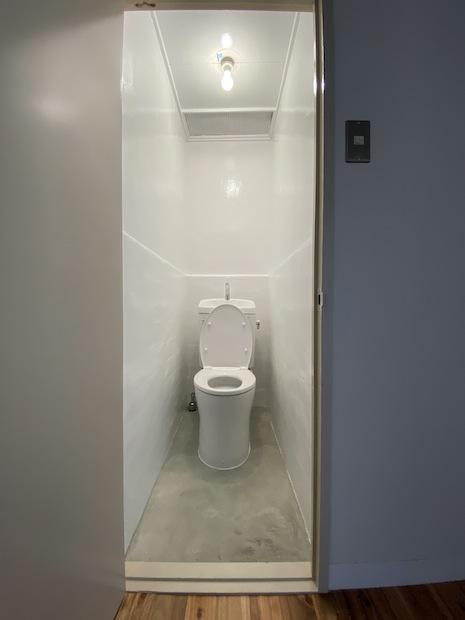 トイレ。土間打ちの床が白の空間に効いてます。