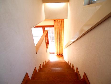 階段に腰掛け、本を読みたくなる
