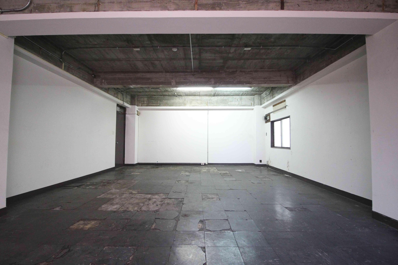 ラフな天井や床に白が映える