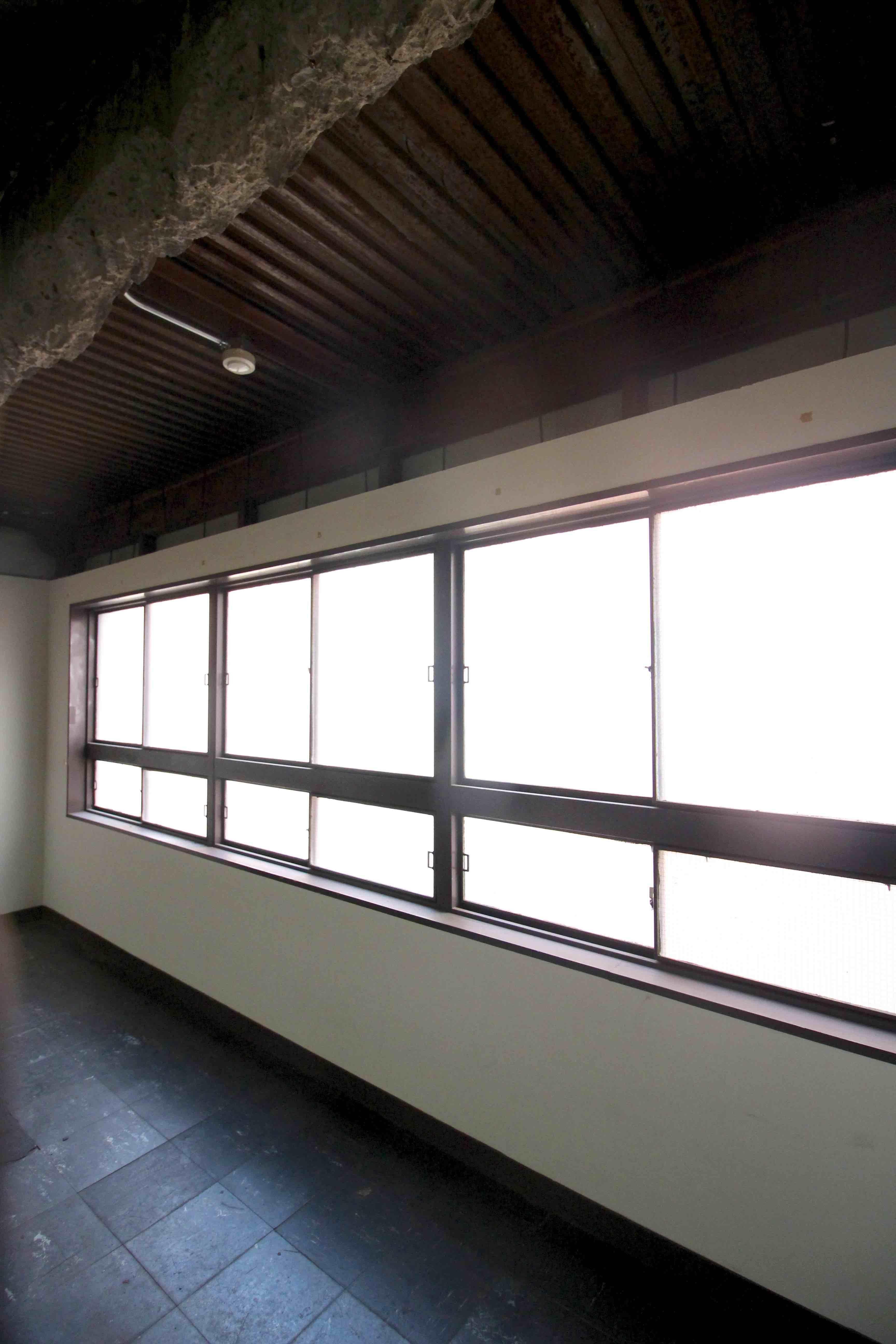 レトロな鉄窓から柔らかな光が差し込む