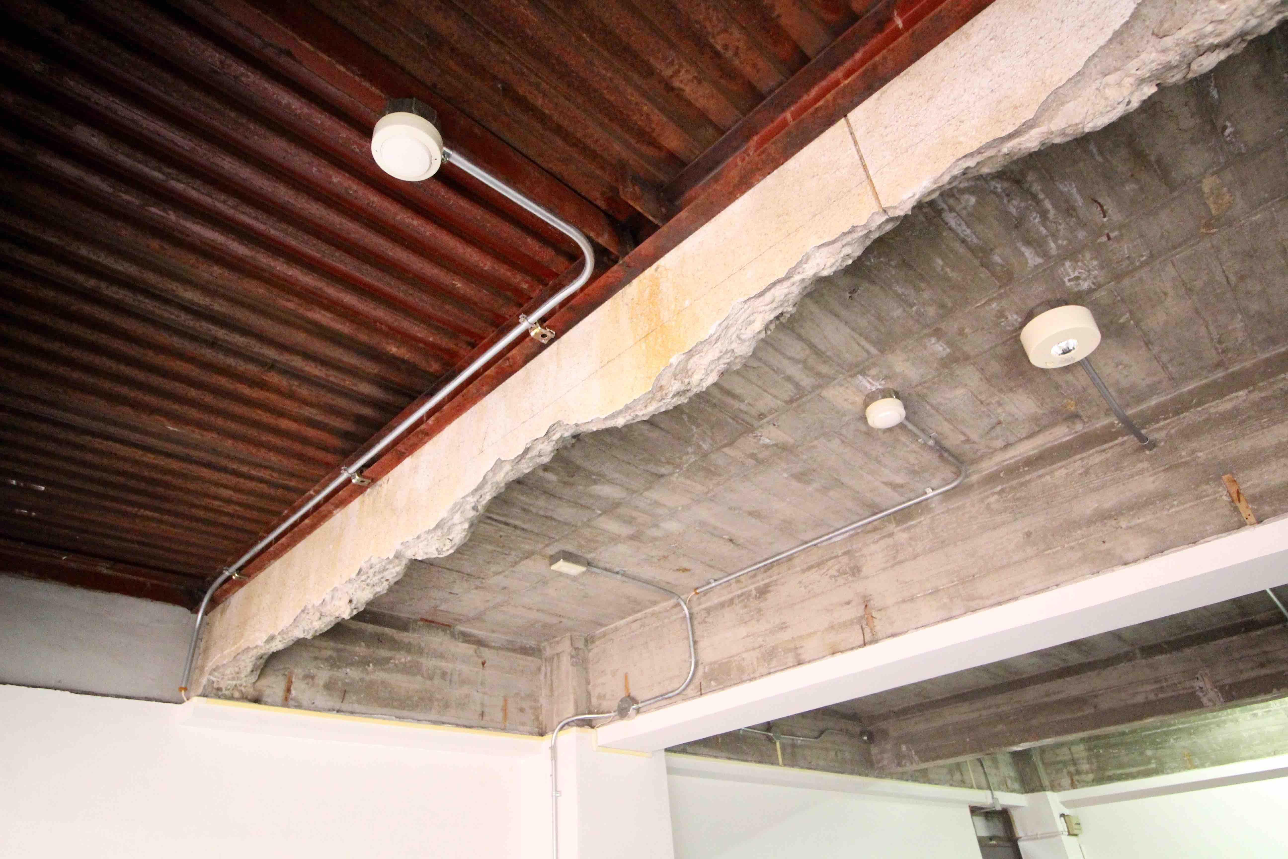 窓際の天井は無骨な鉄骨
