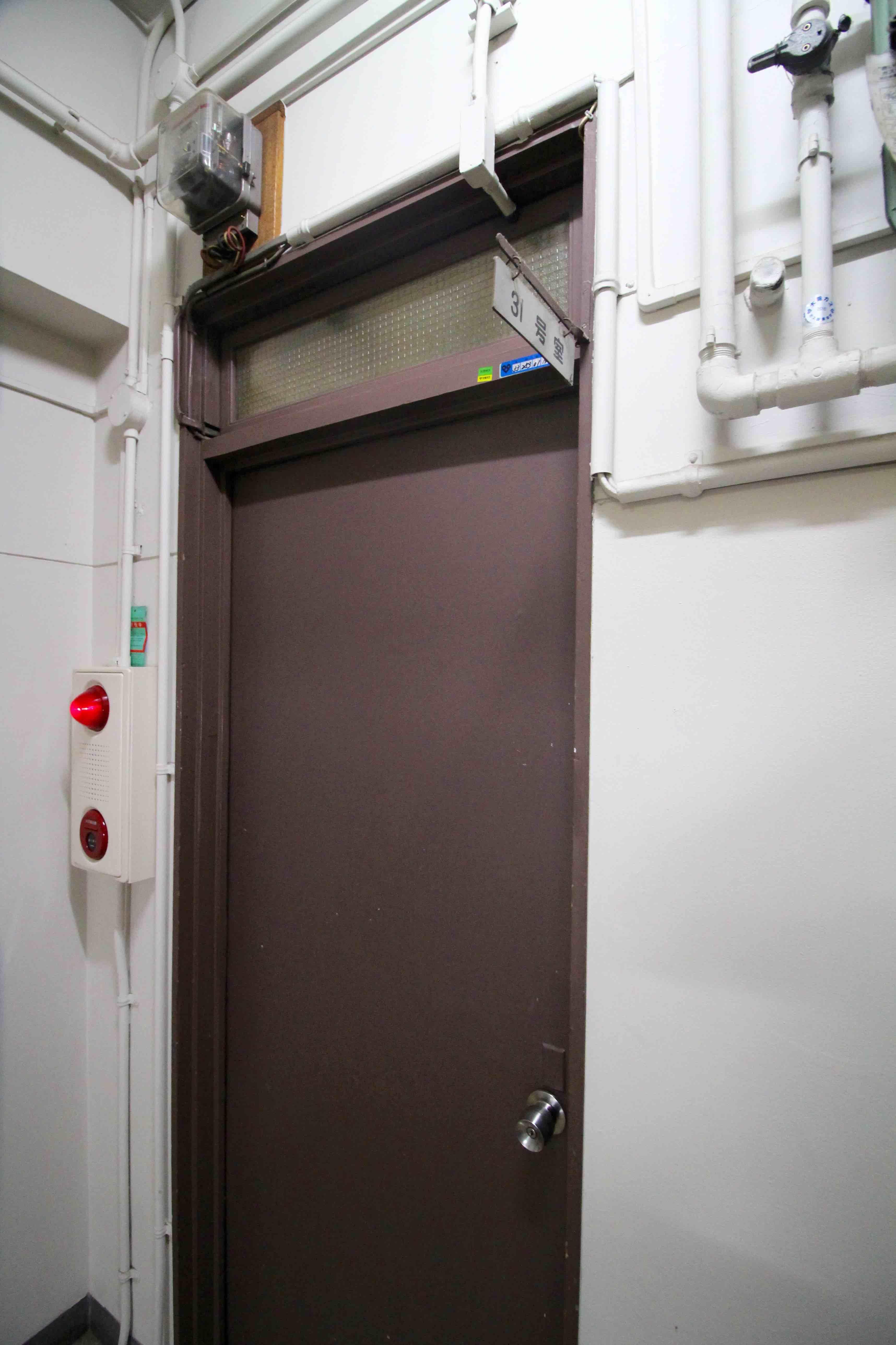 換気窓の付いたドア