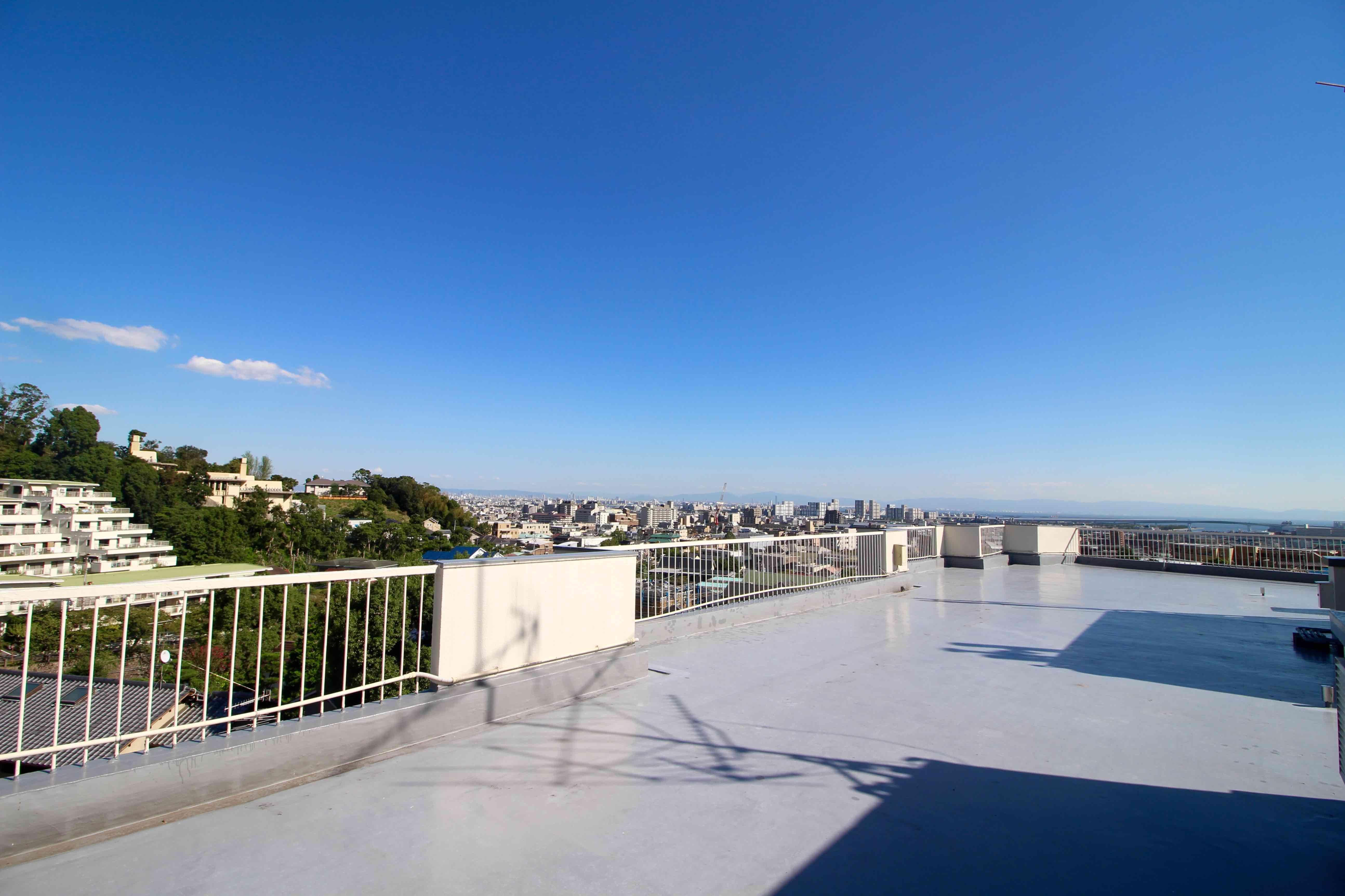 山から海まで見渡せるパノラマの屋上
