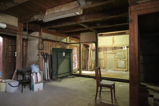 納屋は木造の質感にそそられます