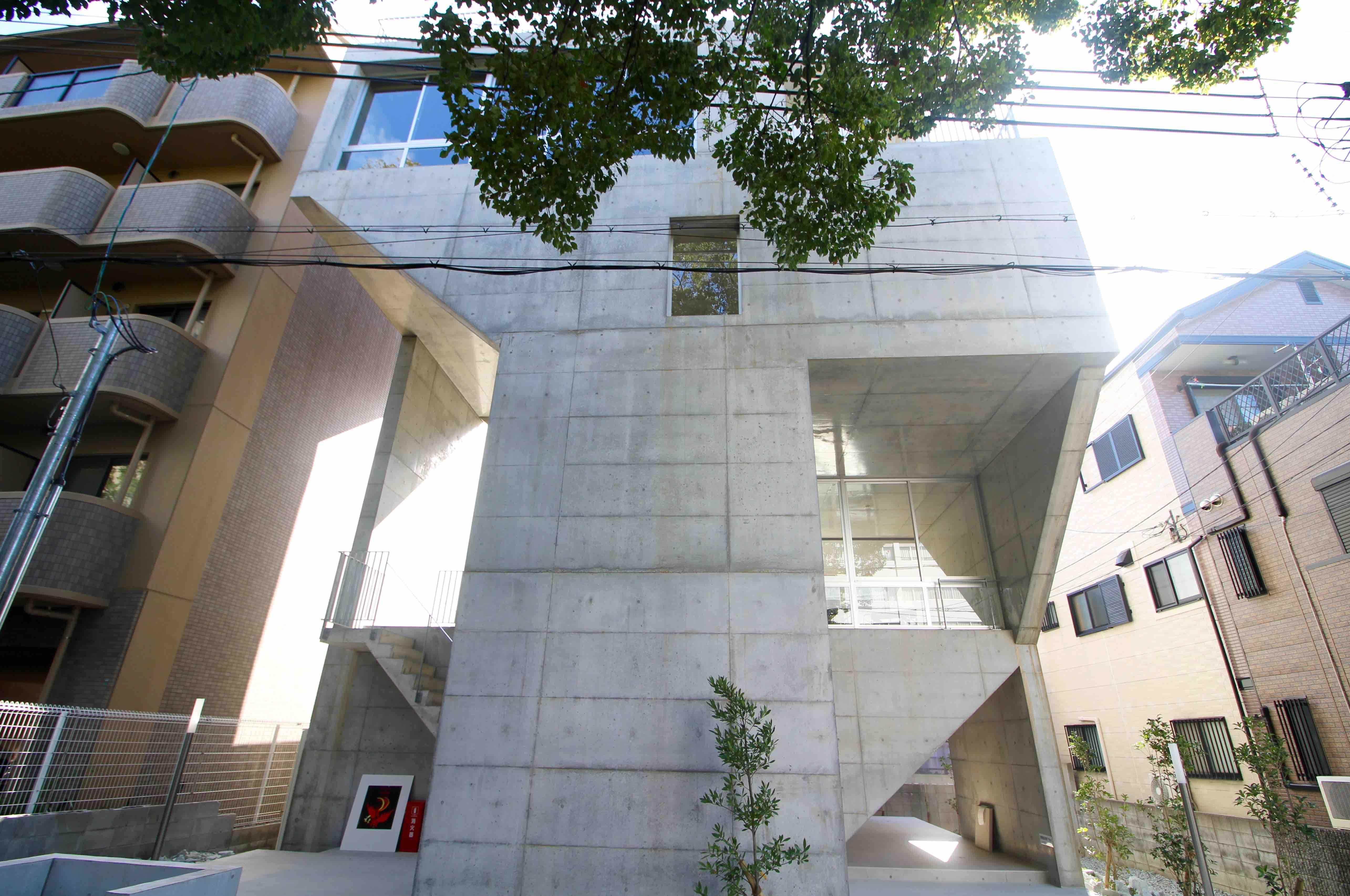 目を引くコンクリートの造形物のような個性的な建物