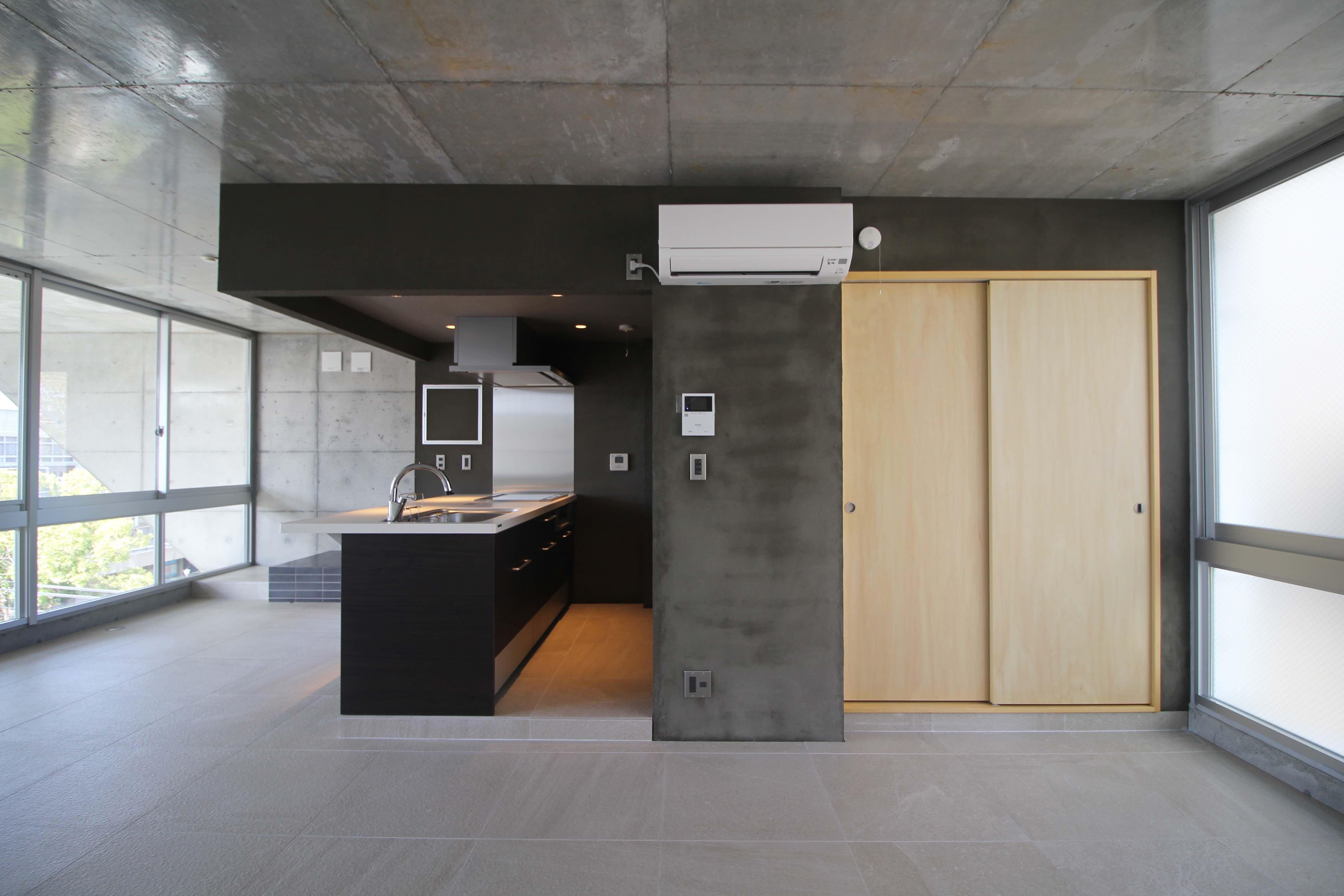 シンプルながら表情のある素材を多用し、建具は木製であたたかみも感じる(5F)