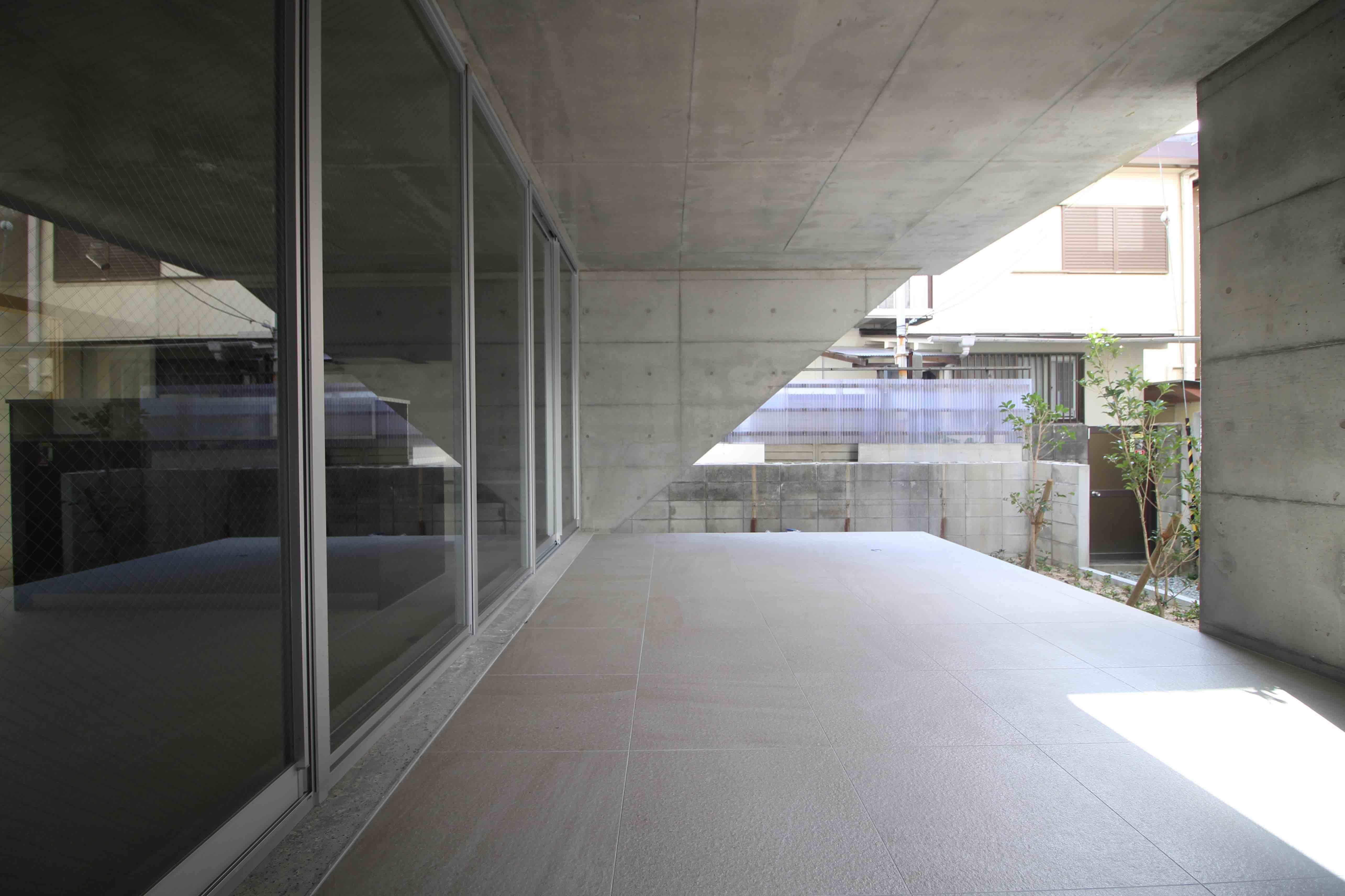 屋根に覆われた半屋外空間の広いテラスでは、屋外パーティもできそう(1F)