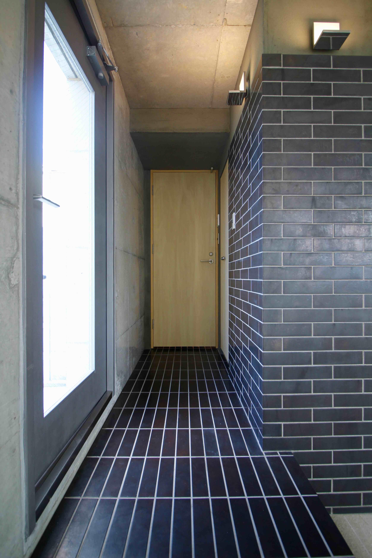 玄関から水回りへと繋がるタイル