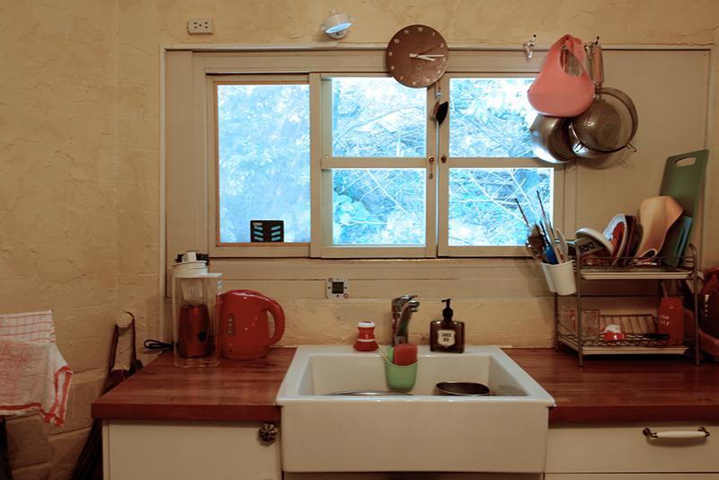 キッチンの窓の前には緑