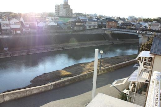 屋上から写真の武庫川や反対側に山並みも一望できる