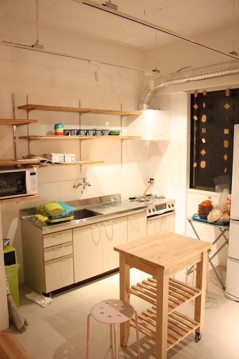 背後にはもう一つキッチンがあります