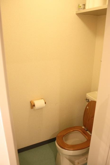 トイレ。木の便座に魅かれます
