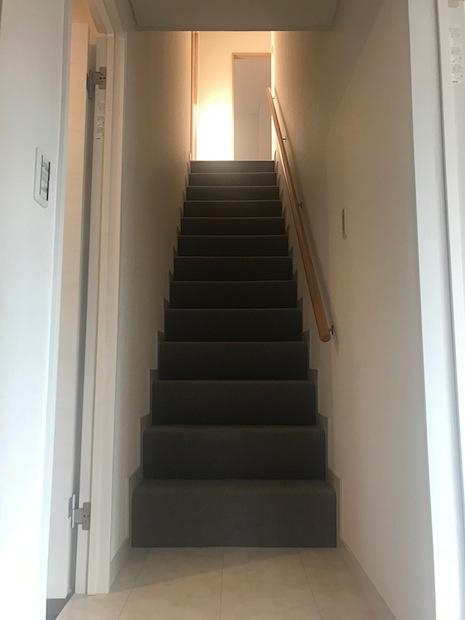 フカフカカーペットと木の手摺が可愛い階段