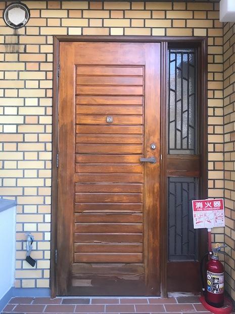 味のある木の玄関扉