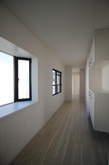 玄関を入ると窓のある廊下で明るい