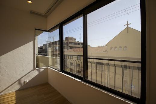 絶妙な高さで開放感あふれるリビングコーナーガラス窓