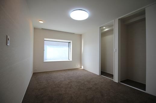 真ん中の洋室。落ち着いたカーペット空間