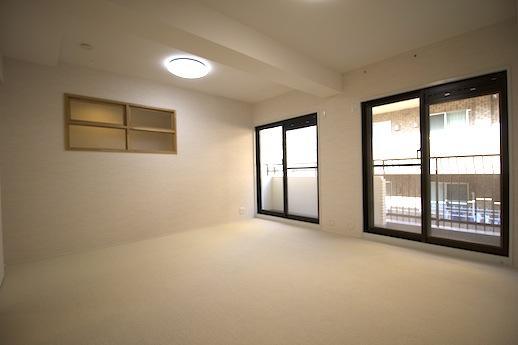 玄関入って左手の洋室。木の小窓が可愛らしい