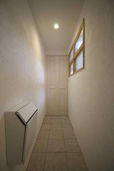 玄関脇の収納スペース。ルーバー扉や木窓など凝った意匠