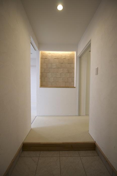 ゆったり玄関ホールにやわらかなアクセント壁が映えます
