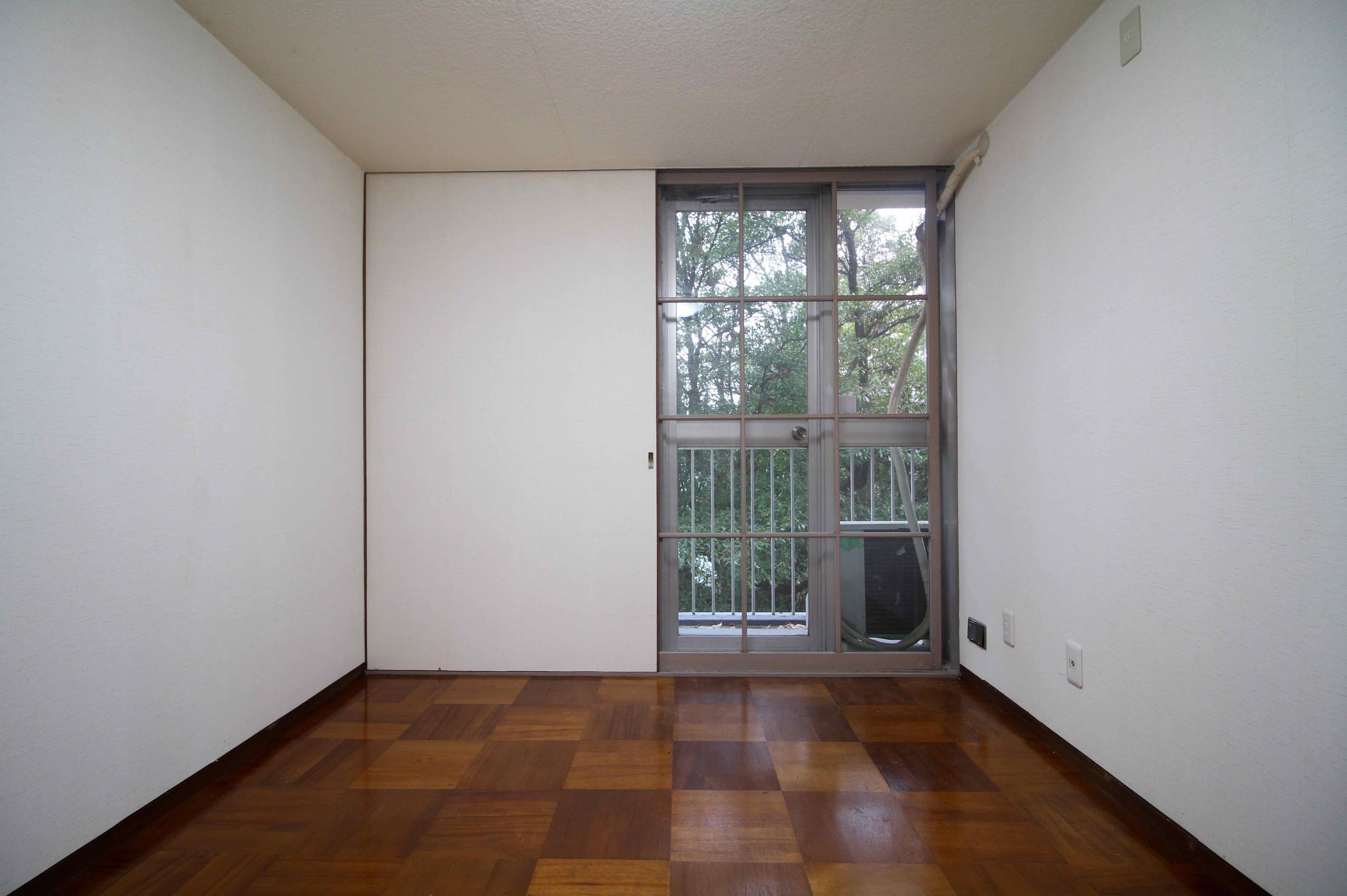 木製の建具やオリジナルの床が味のある東側洋室