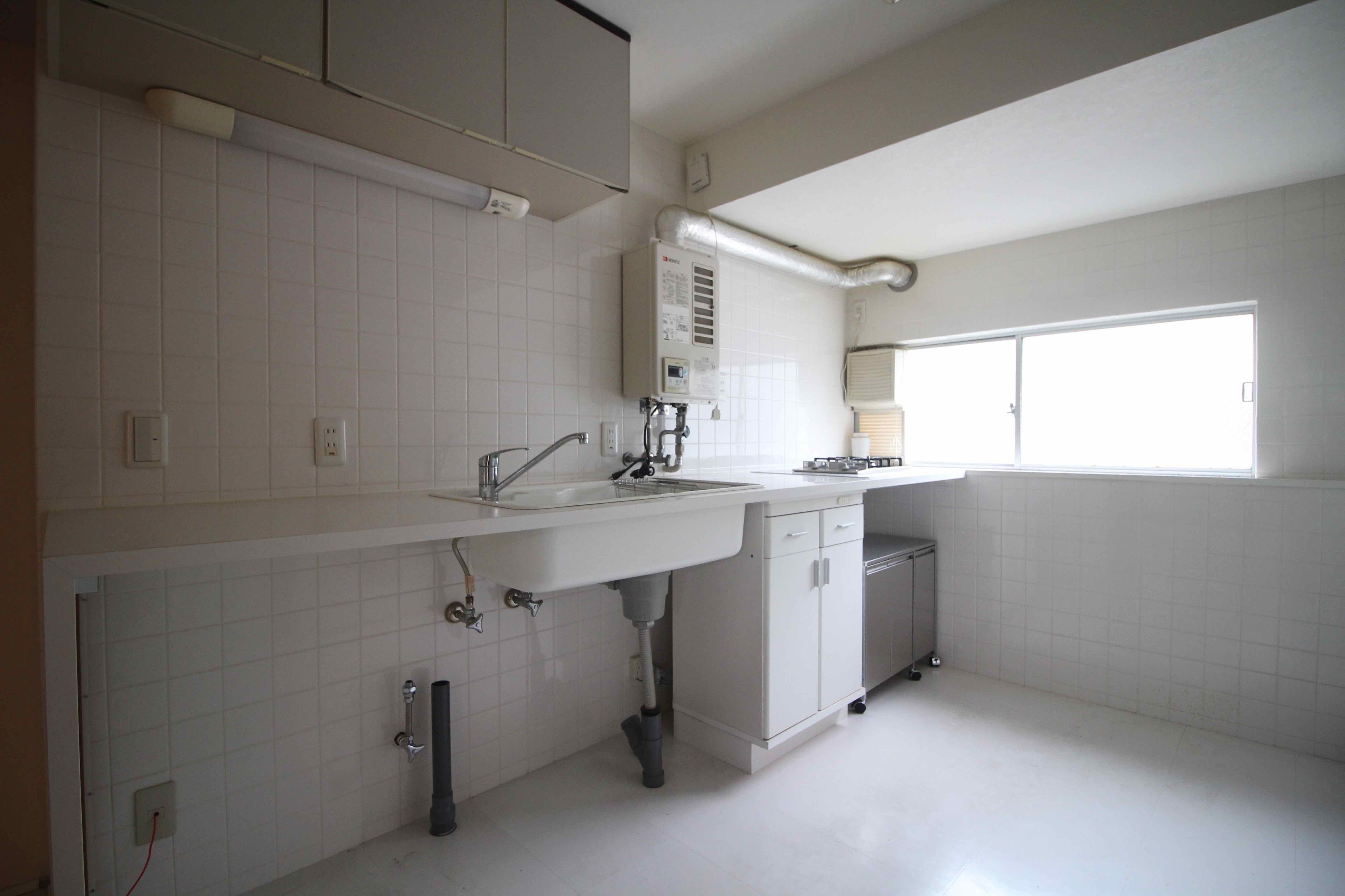 白いタイル貼りのスタイリッシュなキッチン