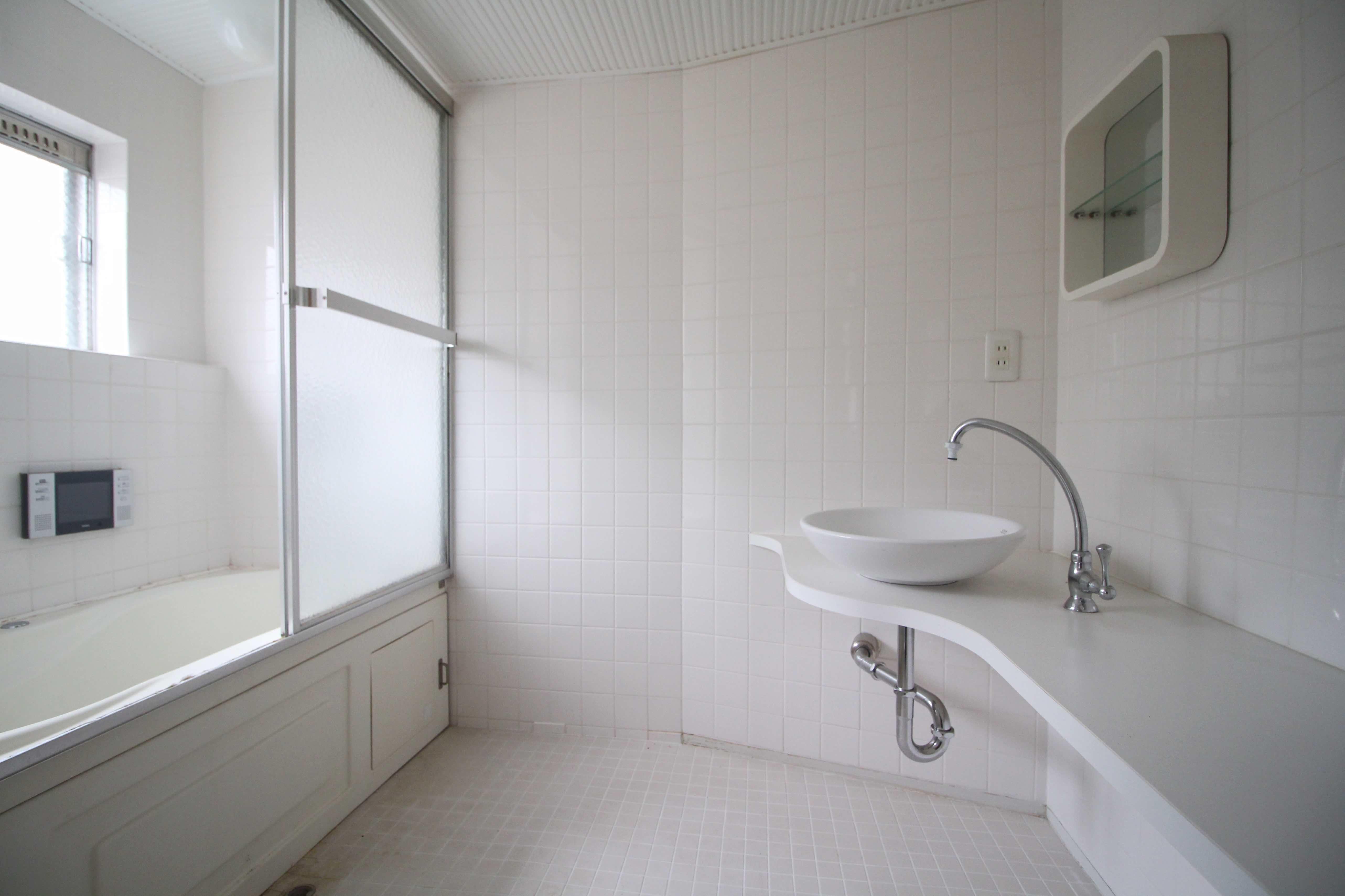 海外のアパルトマンにありそうなタイル貼りの風呂・洗面