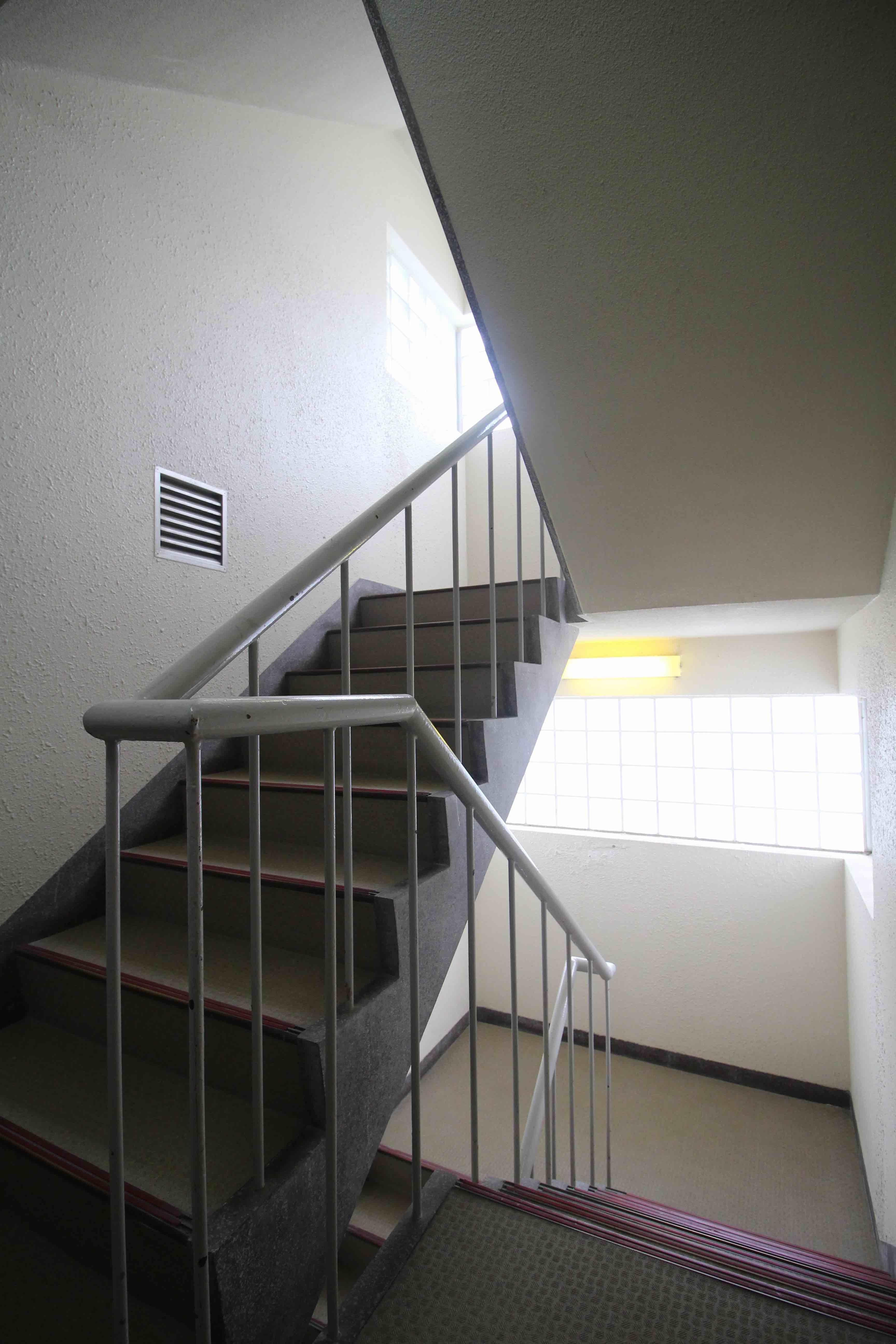 ガラスブロックから光が差し込む共用階段