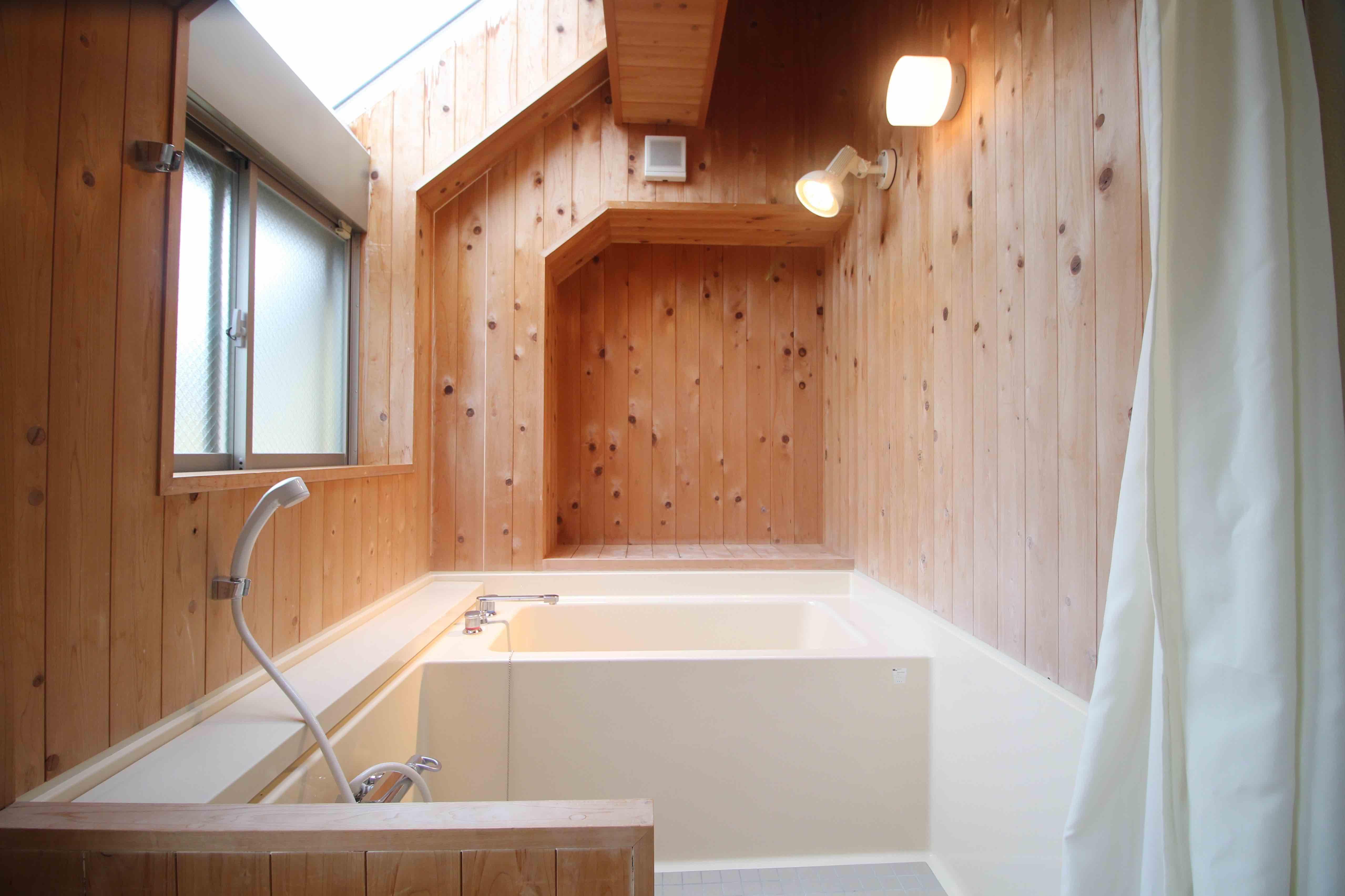 インパクトのある檜風呂