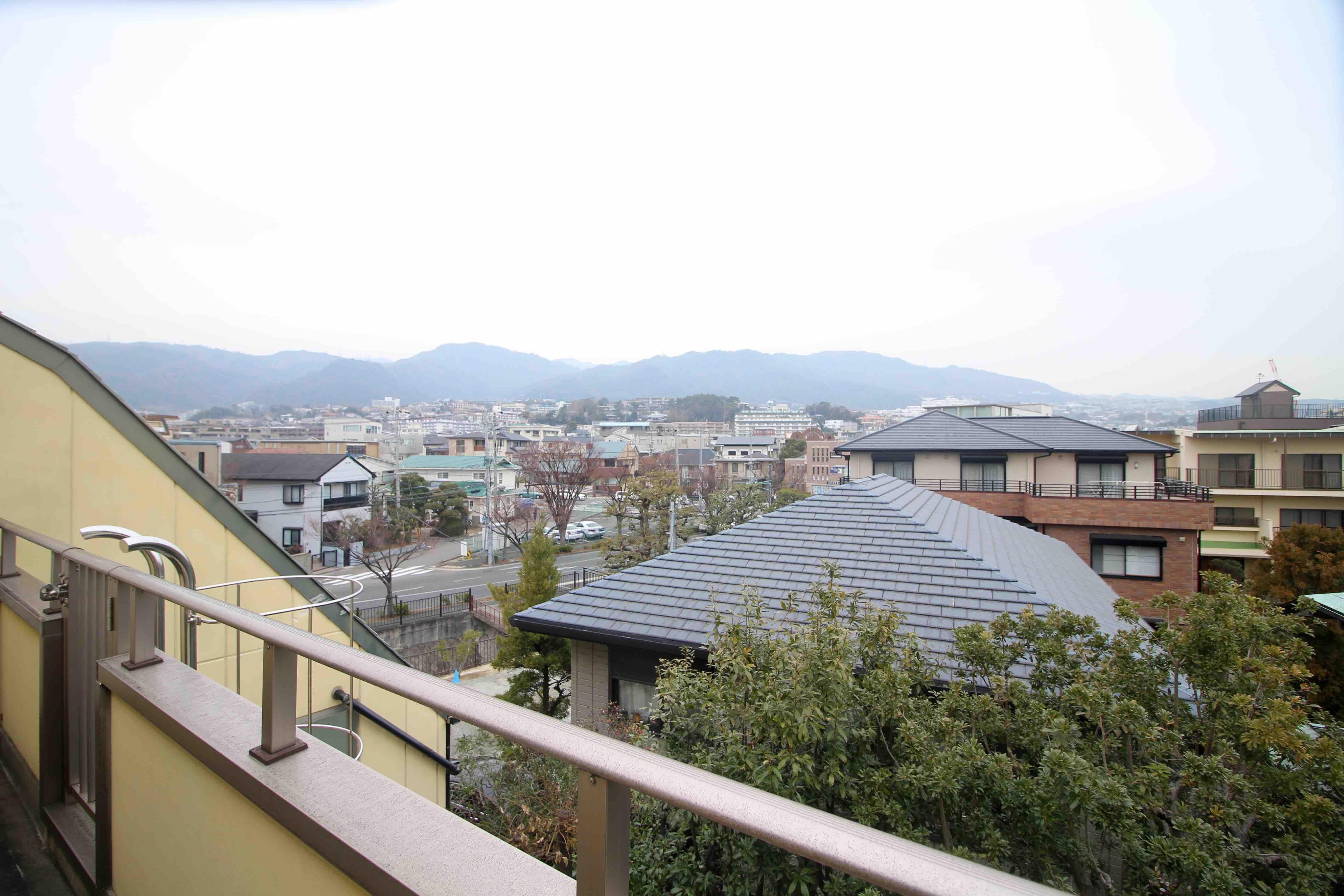 洗面所側バルコニーからは緑と山の眺望