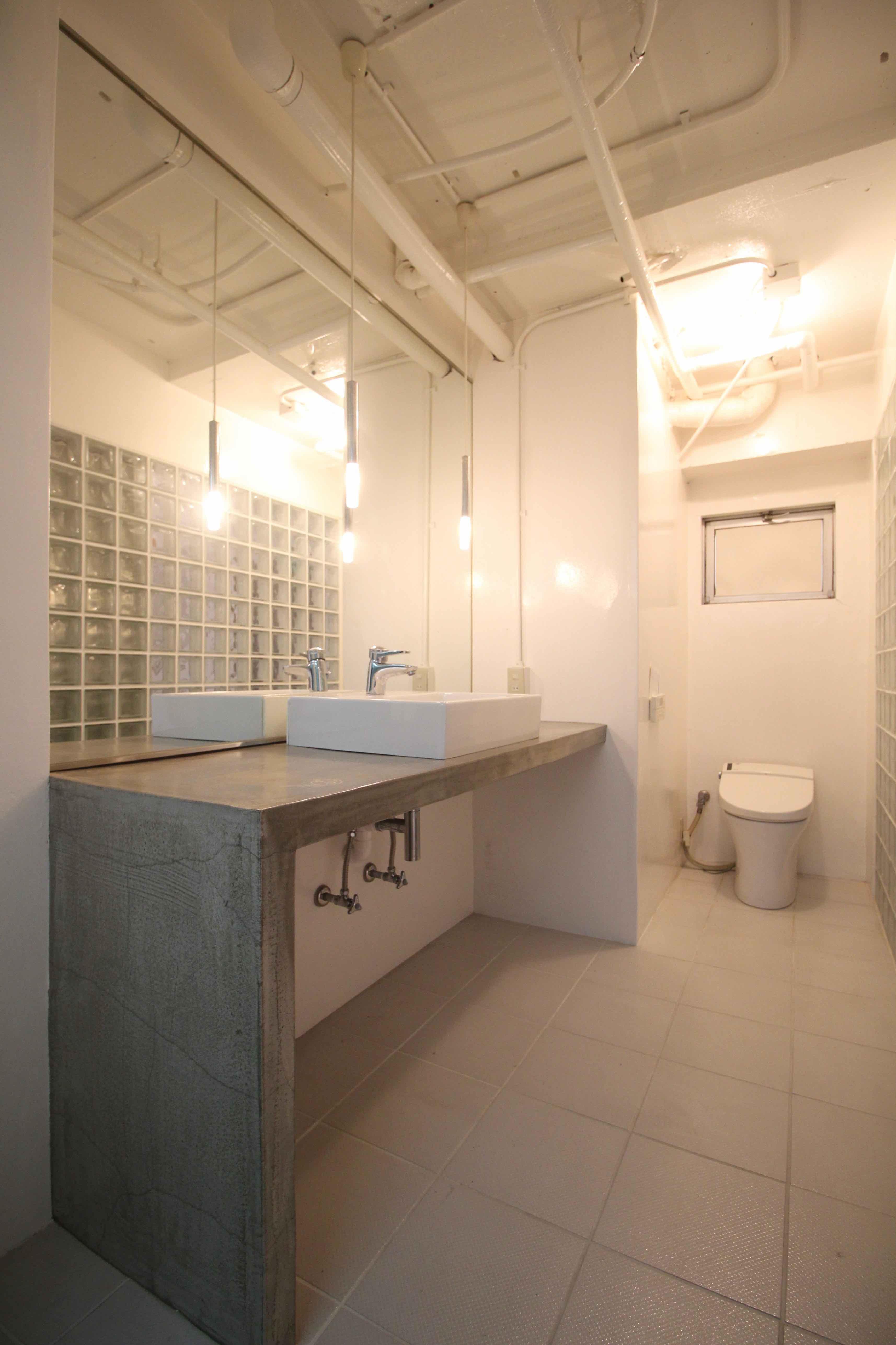 大きな鏡に広い洗面台