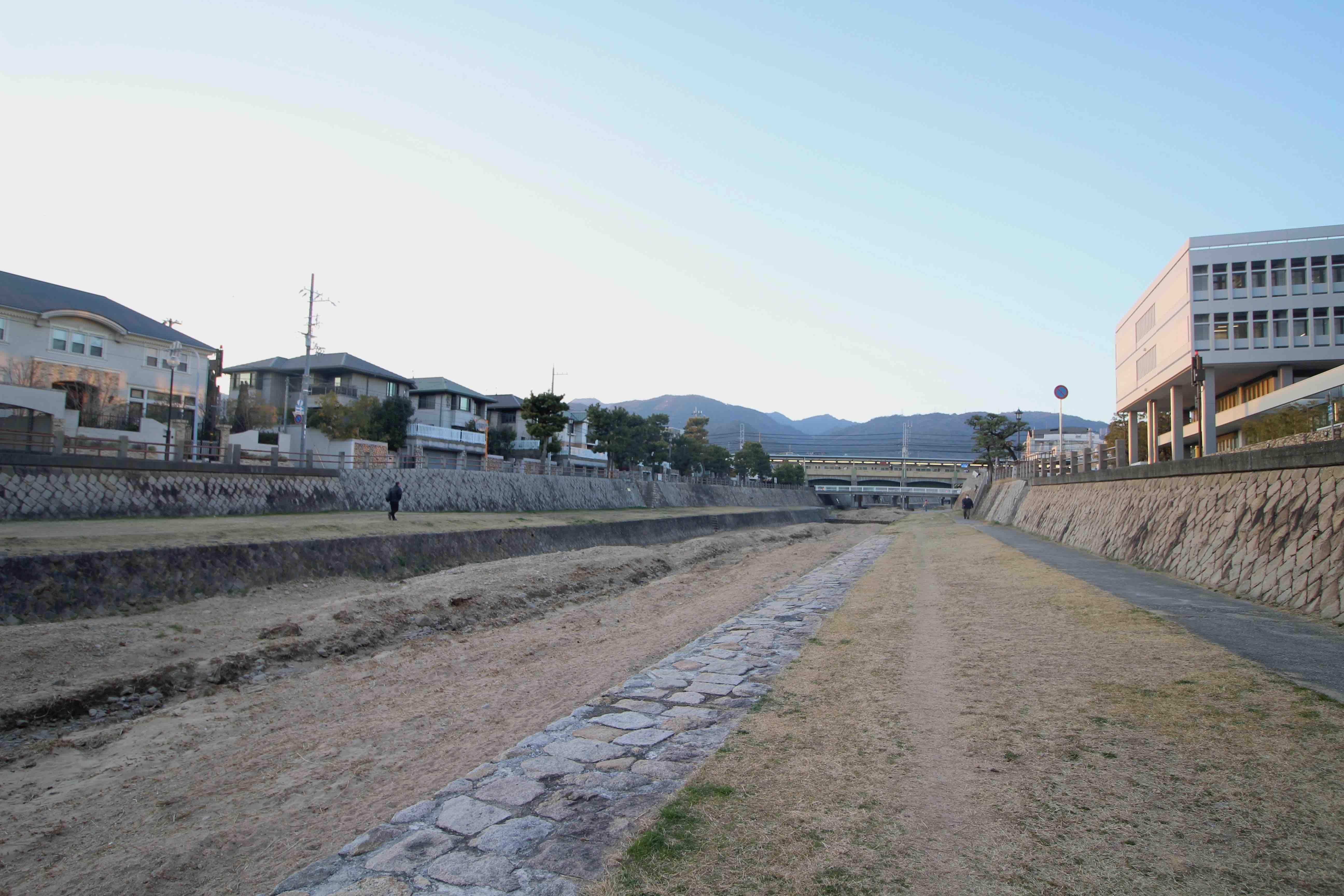 本物件から阪神芦屋駅へは河川敷に降りて行き来したい