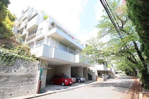 桜並木に面する段々型のコーポラティブハウス