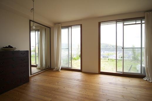 ルーフバルコニーに面する寝室はとても明るい