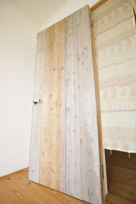 寝室の扉も温もり溢れる