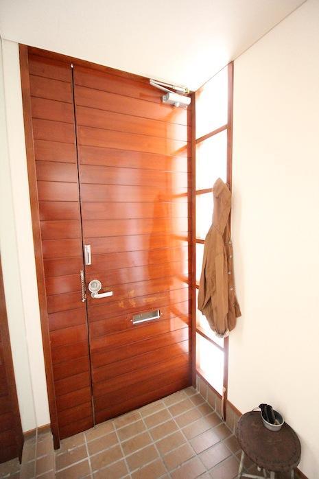 木の玄関扉がステキ