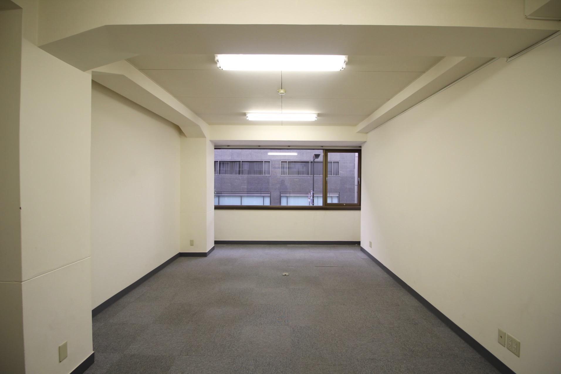 絨毯の敷かれた仕事が捗りそうな事務所仕様