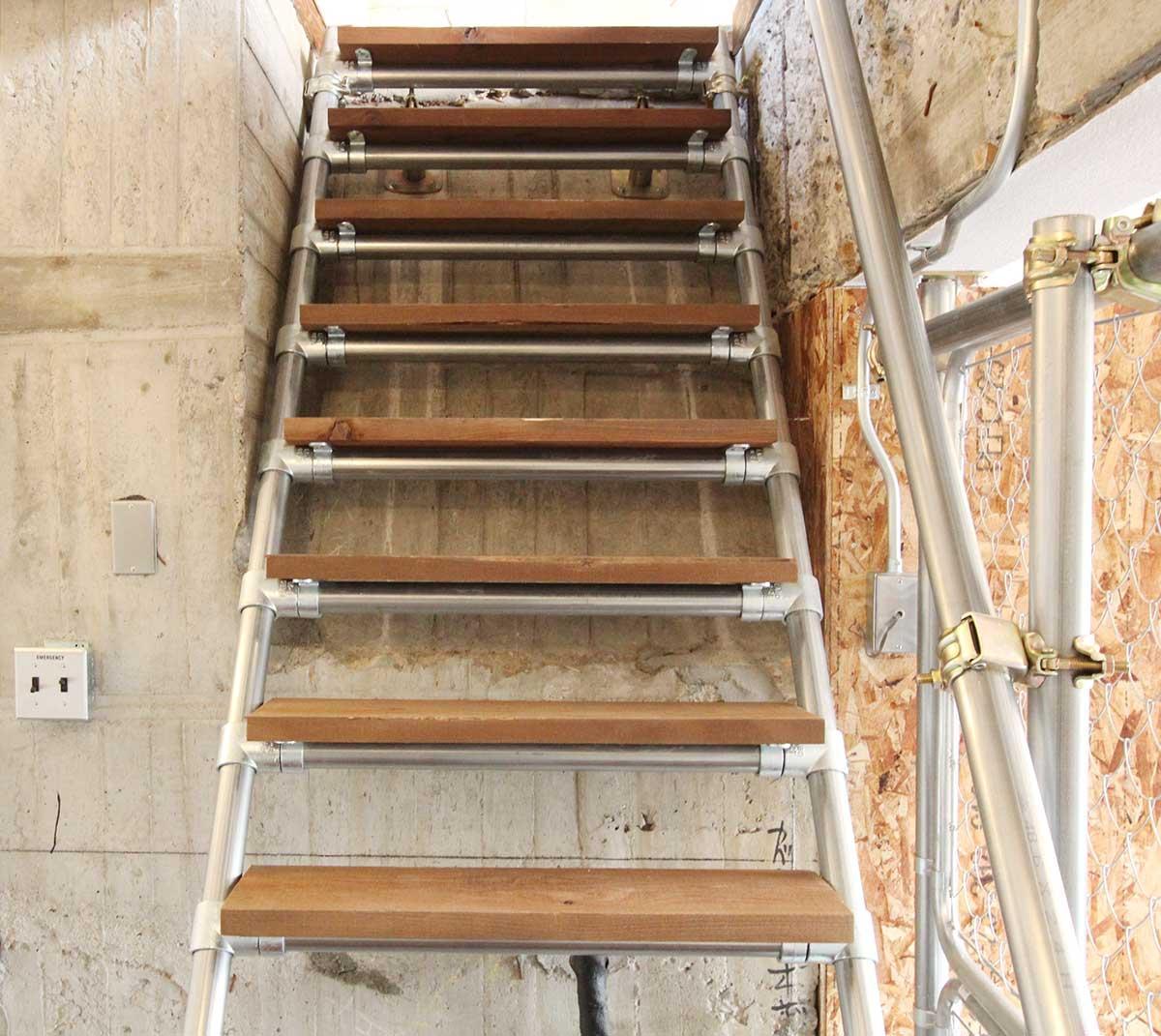 足場パイプの階段