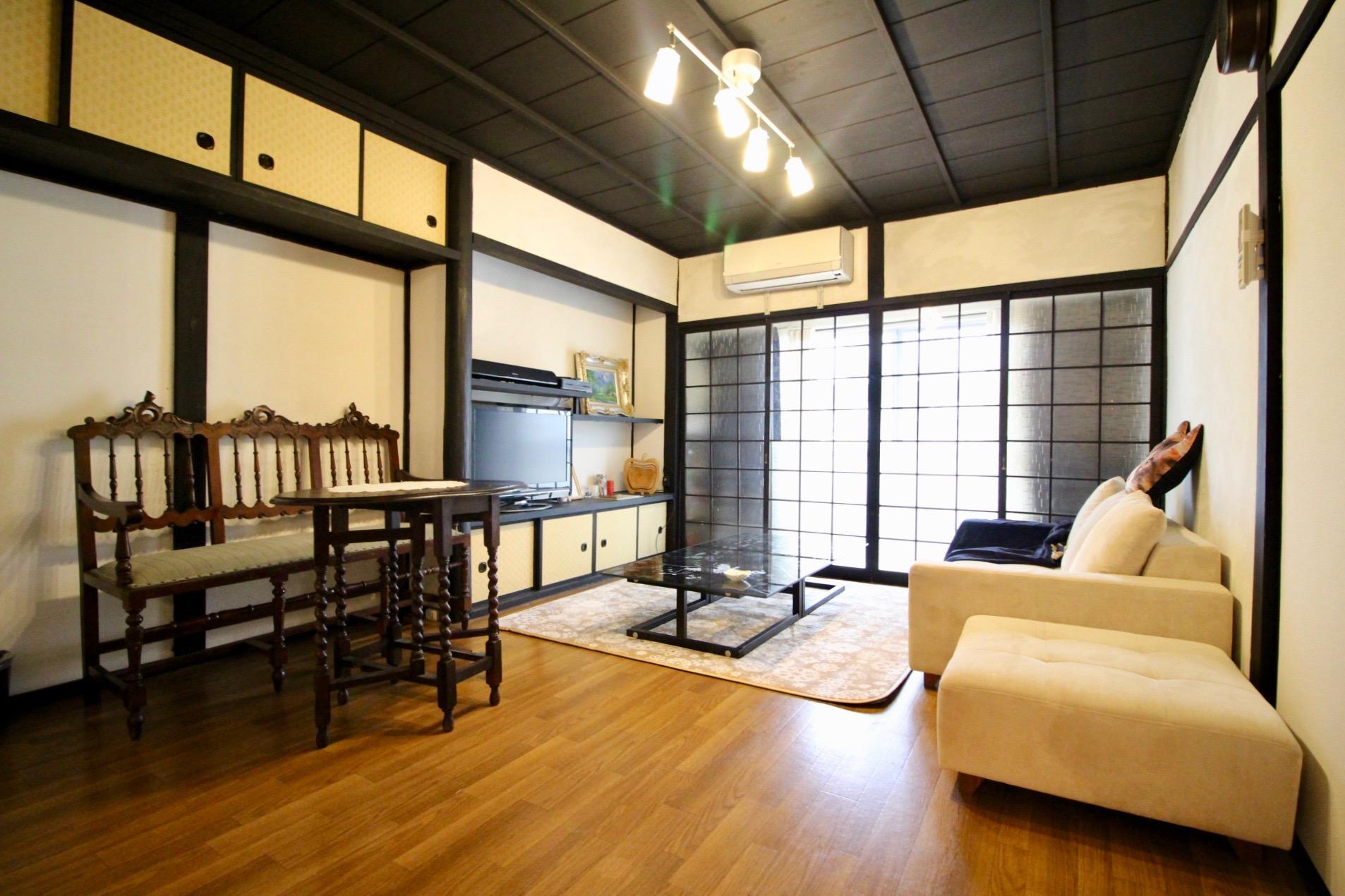 黒い天井板や建具のモダンなリビング