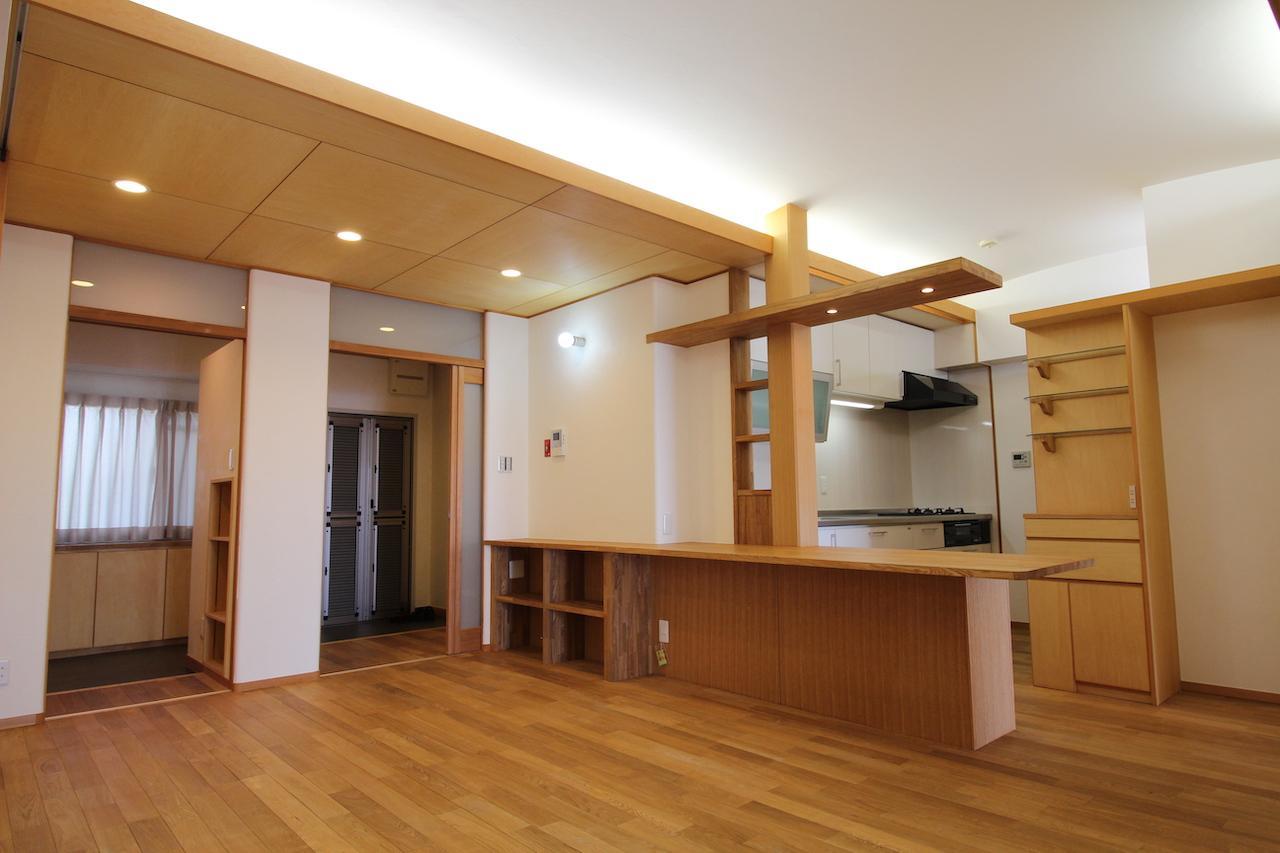 ダイニングキッチン。アーチ状の天井で柔らかい照明