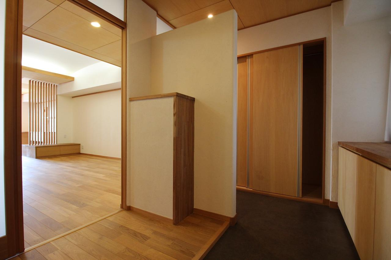 来客用とプライベート用に仕切られた玄関。町屋っぽい