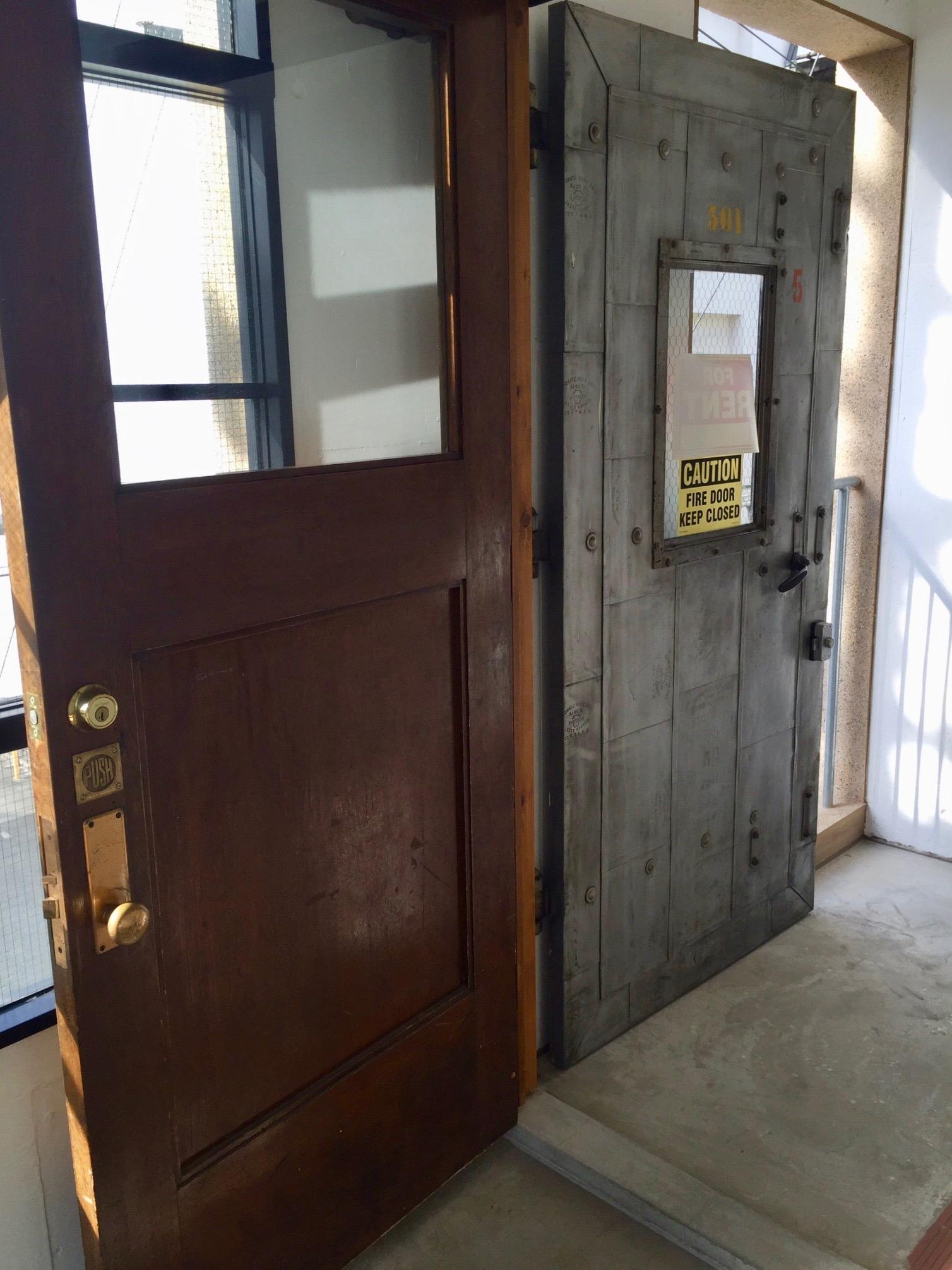 二重のヴィンテージ扉