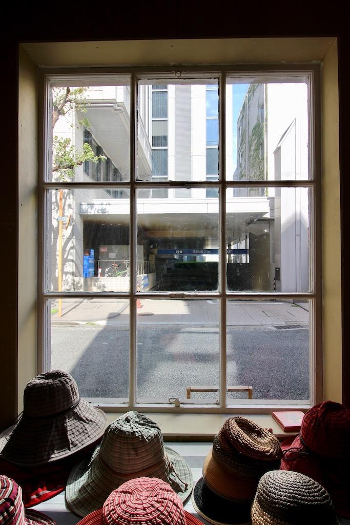 15号室。小窓がかわいい。