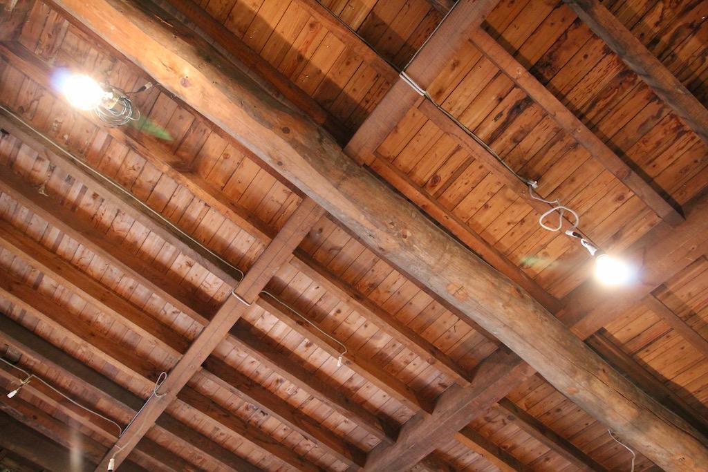 15、23号室の天井は梁材むき出し。