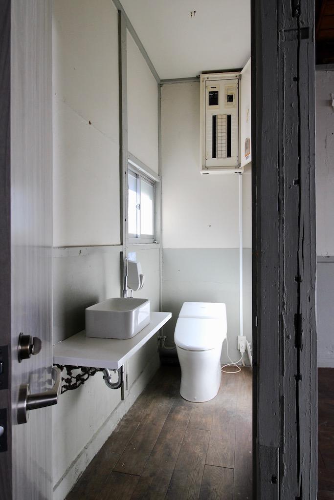 22号室のトイレ。23号室の方もこちらを使うことになります