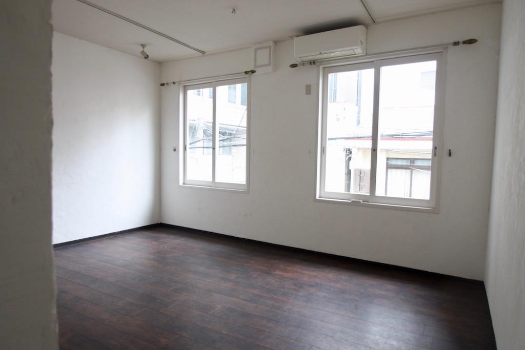 24号室。白い壁に大きな窓