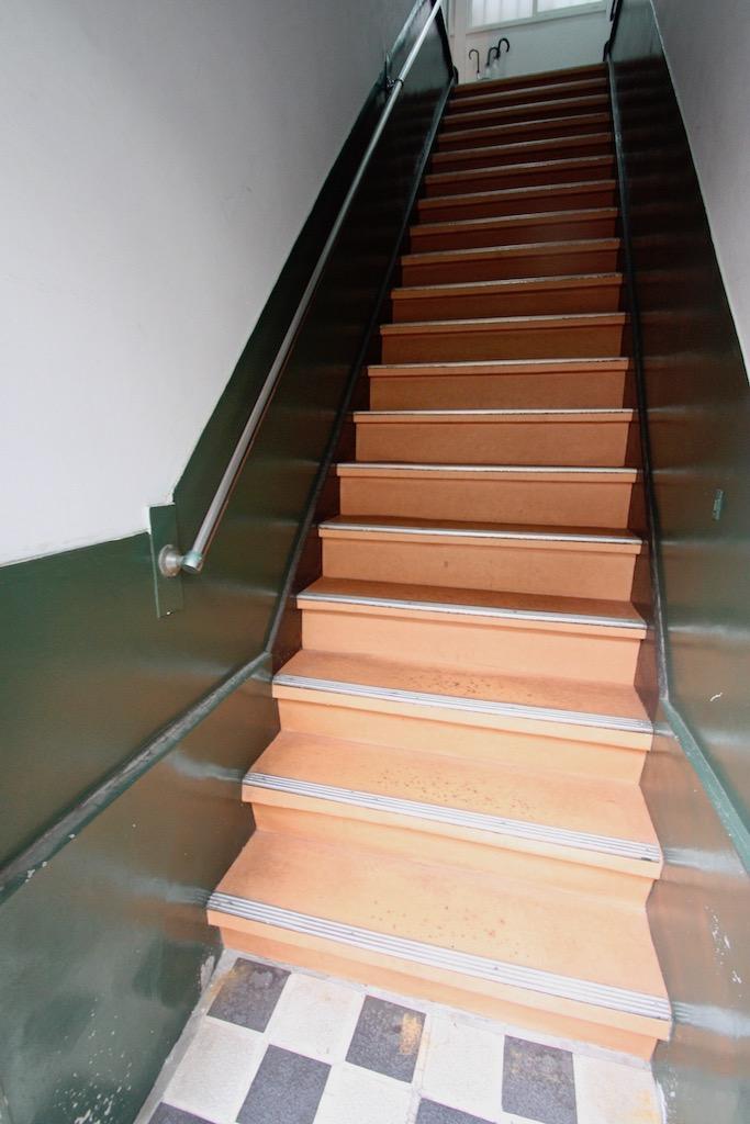24号室への階段