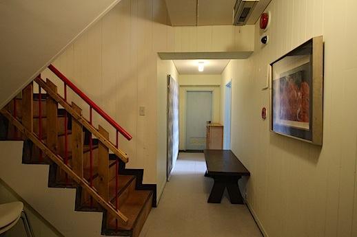 階段ホールは山のホテルのようなしつらえ