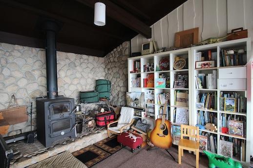 薪ストーブを囲んで過ごす風景が想像できるインテリア