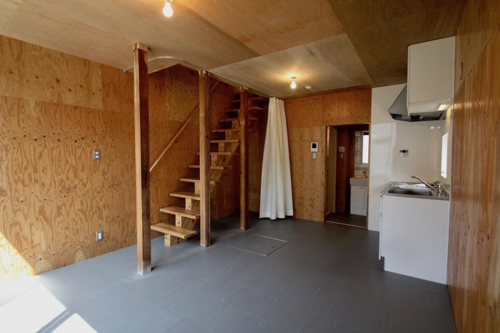 1階。下地材のままの壁・天井。ミニマルな内装[リノベ物件]